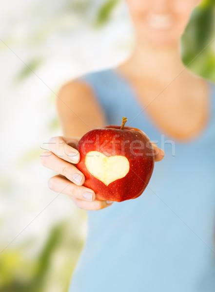 Foto d'archivio: Donna · mano · mela · rossa · a · forma · di · cuore · cibo · sano