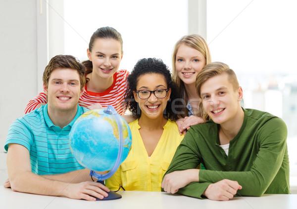 Vijf glimlachend student aarde wereldbol school Stockfoto © dolgachov