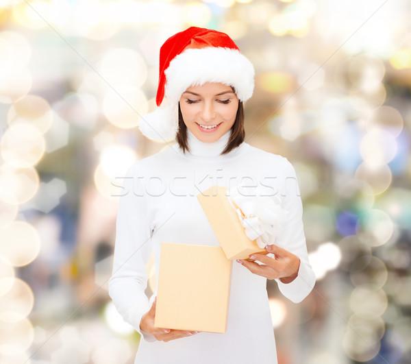 Stockfoto: Glimlachende · vrouw · helper · hoed · geschenkdoos · christmas