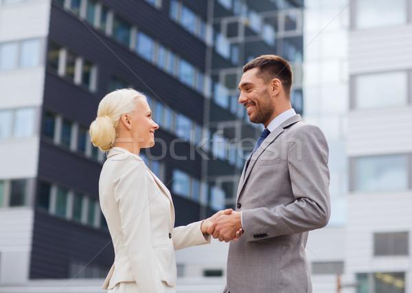 Mosolyog üzletemberek áll irodaház üzlet együttműködés Stock fotó © dolgachov