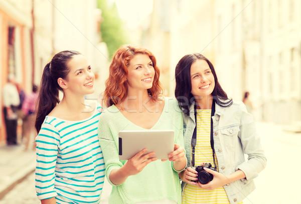 Uśmiechnięty nastolatki kamery turystyki podróży Zdjęcia stock © dolgachov