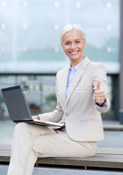 Sonriendo mujer de negocios de trabajo portátil aire libre negocios Foto stock © dolgachov