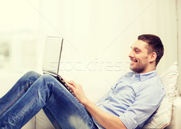 Glimlachend man werken laptop home technologie Stockfoto © dolgachov