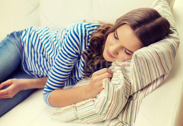 Stok fotoğraf: Gülen · genç · kız · uyku · kanepe · ev · mutluluk