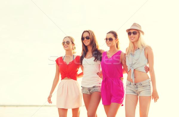 Grupo sonriendo mujeres gafas de sol playa vacaciones de verano Foto stock © dolgachov