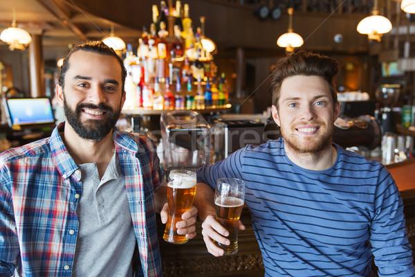 Stockfoto: Gelukkig · mannelijke · vrienden · drinken · bier · bar
