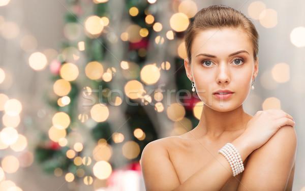 Güzel bir kadın inci küpe bilezik güzellik lüks Stok fotoğraf © dolgachov