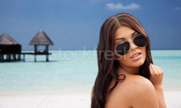 Fiatal nő napszemüveg tengerpart nyári vakáció turizmus utazás Stock fotó © dolgachov