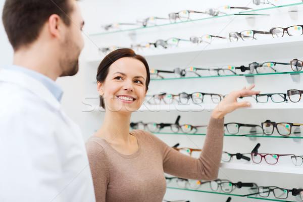 Mujer gafas óptico óptica tienda Foto stock © dolgachov