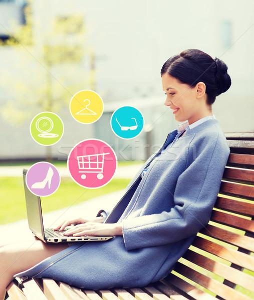 Glimlachend zakenvrouw laptop stad business technologie Stockfoto © dolgachov