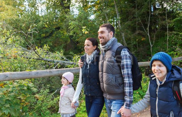Szczęśliwą rodzinę turystyka lesie przygoda podróży turystyki Zdjęcia stock © dolgachov