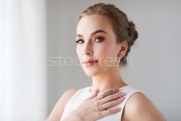 Foto stock: Sorrindo · vestido · branco · diamante · jóias · luxo · casamento