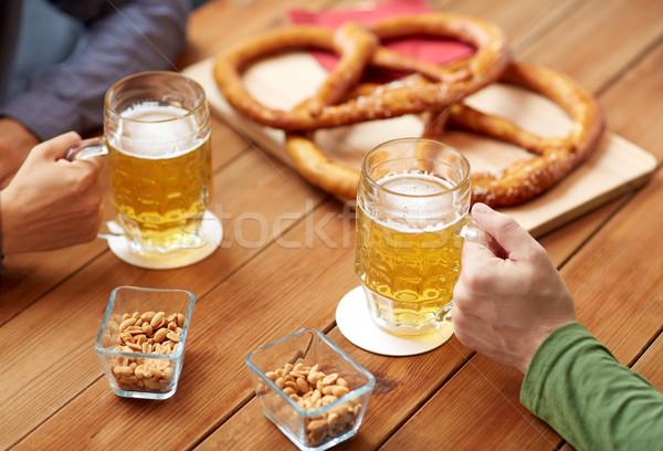 Ręce piwa bar publikacji ludzi Zdjęcia stock © dolgachov