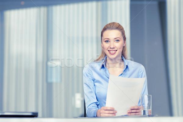Foto d'archivio: Donna · sorridente · giornali · ufficio · uomini · d'affari · business