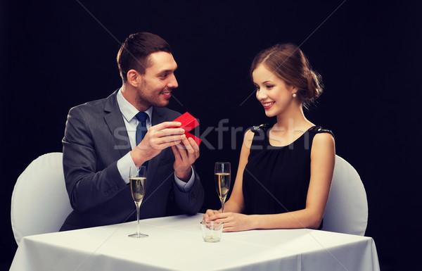 Heyecanlı genç kadın bakıyor erkek arkadaş kutu restoran Stok fotoğraf © dolgachov