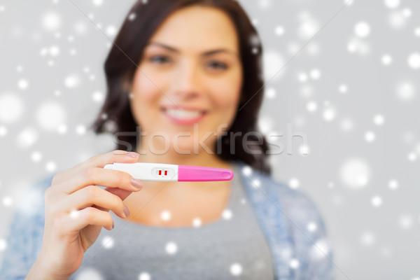 Felice donna home test di gravidanza fecondità inverno Foto d'archivio © dolgachov