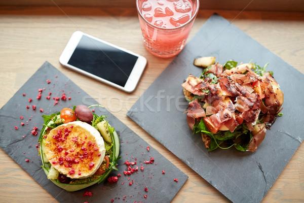 Geitenkaas ham smartphone cafe voedsel eten Stockfoto © dolgachov