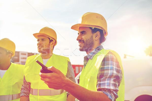 Gelukkig mannelijke bouwers industrie gebouw Stockfoto © dolgachov