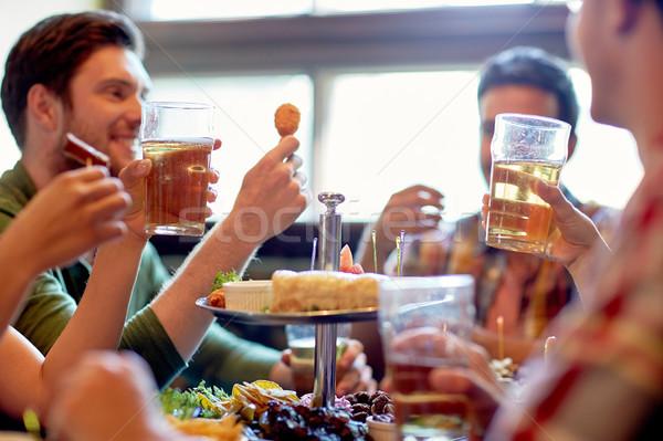 Stockfoto: Gelukkig · vrienden · eten · drinken · bar · pub