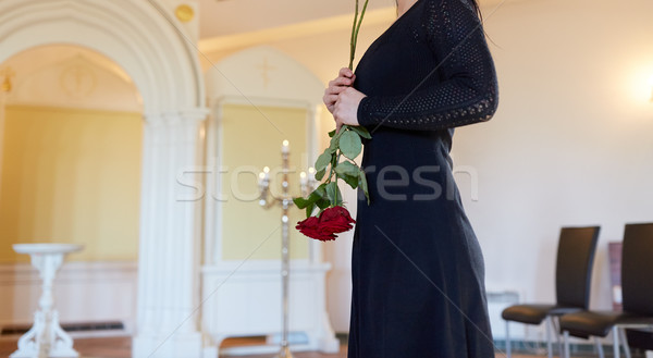 Szomorú nő piros rózsa temetés templom temetés Stock fotó © dolgachov