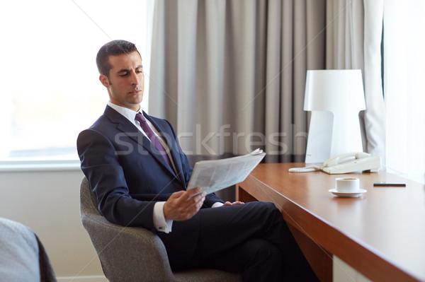 Empresário leitura jornal quarto de hotel pessoas de negócios massa Foto stock © dolgachov