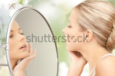 Belle femme perle perles miroir photos femme Photo stock © dolgachov