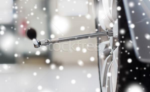 Tournevis voiture roue pneu Ouvrir la réparation Photo stock © dolgachov