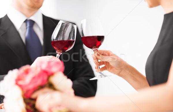 Comprometido casal copos de vinho quadro restaurante casamento Foto stock © dolgachov