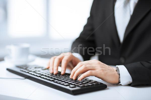 Stock fotó: Férfi · kezek · gépel · billentyűzet · kép · üzlet