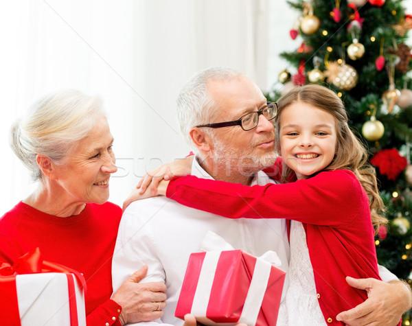 笑みを浮かべて 家族 贈り物 ホーム 休日 世代 ストックフォト © dolgachov