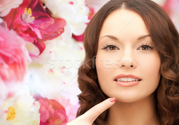 Mooie jonge vrouw wijzend vinger kin schoonheid Stockfoto © dolgachov