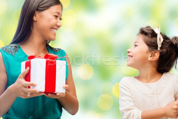 Stockfoto: Gelukkig · moeder · dochter · geschenkdoos · mensen · vakantie