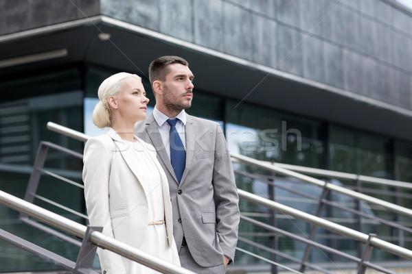 Ernstig zakenlieden permanente kantoorgebouw business Stockfoto © dolgachov