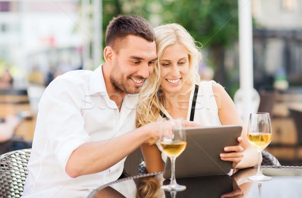 Boldog pár táblagép étterem társalgó szeretet Stock fotó © dolgachov
