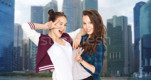 Heureux joli adolescentes paix signe de la main Photo stock © dolgachov