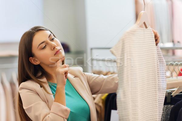 Stock fotó: Figyelmes · fiatal · nő · választ · ruházat · bevásárlóközpont · vásár