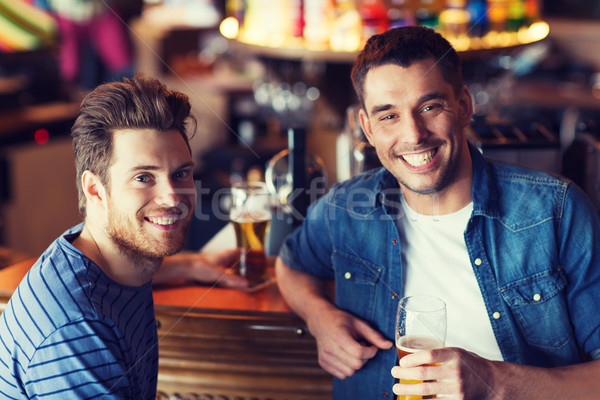 Mutlu erkek arkadaşlar içme bira bar Stok fotoğraf © dolgachov