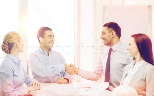 Stockfoto: Gelukkig · team · kantoor · business · architectuur · handen · schudden
