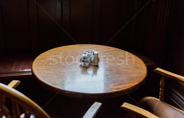 Vintage tabela cadeiras irlandês pub Foto stock © dolgachov