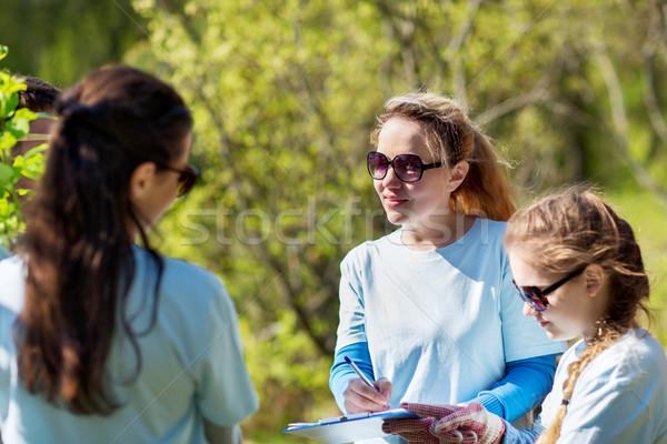 Grupo voluntários árvores parque voluntariado Foto stock © dolgachov