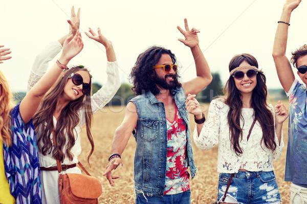 Feliz jóvenes hippie amigos baile cereales Foto stock © dolgachov