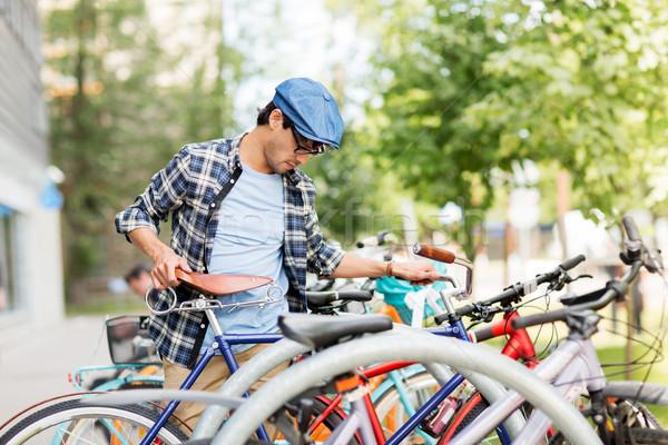 Hipszter férfi parkolás fix viselet bicikli Stock fotó © dolgachov