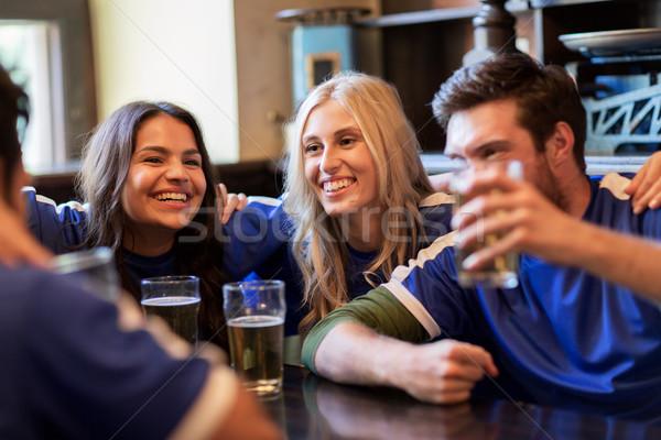 Piłka nożna fanów znajomych piwa sportu bar Zdjęcia stock © dolgachov
