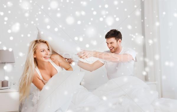 Gelukkig paar kussengevecht bed home mensen Stockfoto © dolgachov