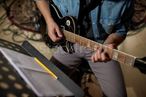 Férfi zene könyv áll játszik gitár Stock fotó © dolgachov