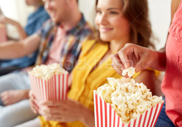 Szczęśliwy znajomych jedzenie popcorn domu Zdjęcia stock © dolgachov
