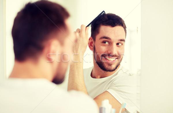 Boldog férfi haj fésű fürdőszoba szépség Stock fotó © dolgachov