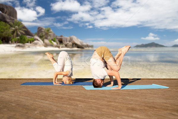 Para jogi tropikalnej plaży fitness sportu Zdjęcia stock © dolgachov
