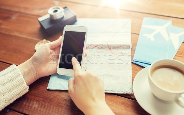 путешественник рук смартфон карта отпуск Сток-фото © dolgachov