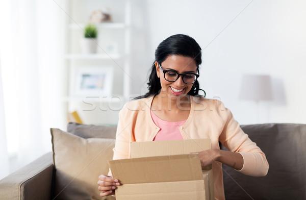 Felice giovani indian donna pacchetto finestra Foto d'archivio © dolgachov